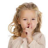 Mała dziewczynka stawiał forefinger wargi jak znaka cisza fotografia stock