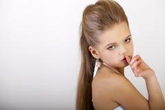 Mała dziewczynka stawiał forefinger wargi jak znaka cisza obraz stock