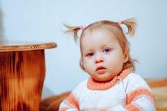 Mała dziewczynka stoi w domu zdjęcie stock