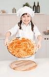 Mała dziewczynka szef kuchni przygotowywa pizzę zdjęcie royalty free