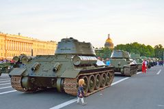 Mała dziewczynka T-34-85 na pałac i Radziecki Średni zbiornik obciosujemy agai Obrazy Royalty Free
