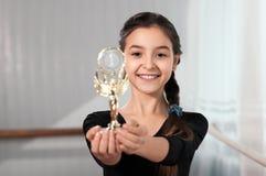 Dziewczyna tancerz pokazuje filiżanki wygranę Obrazy Royalty Free