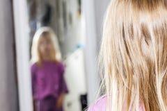 Mała dziewczynka taniec i pozycja przed lustrem fotografia royalty free