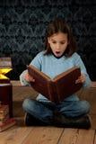 Mała dziewczynka target140_1_ książkę obrazy royalty free