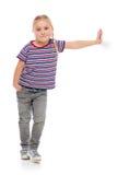 Mała dziewczynka target295_0_ przeciw biały ścianie. obrazy stock