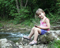 Mała dziewczynka target961_0_ z pastylką Zdjęcia Stock