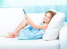 Mała dziewczynka trzyma ebook zdjęcie royalty free