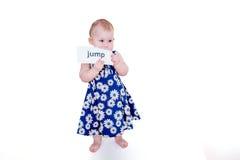 Mała dziewczynka trzyma kartę Zdjęcia Stock