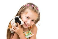 Mała dziewczynka trzyma królika doświadczalnego Obrazy Royalty Free