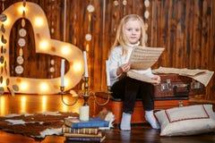 Mała dziewczynka trzyma notatkę w rocznika wnętrzu Obrazy Royalty Free