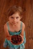 Mała dziewczynka trzyma puchar wiśnie Zdjęcia Royalty Free