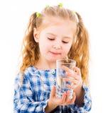 Mała dziewczynka trzyma szkło czysta woda Fotografia Royalty Free