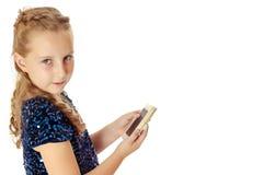 Mała dziewczynka trzyma telefon komórkowego fotografia stock