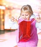 Mała dziewczynka trzyma torbę zakupy Obraz Stock