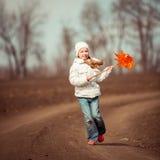 Mała dziewczynka trzyma wiatraczek w ręce Zdjęcie Stock