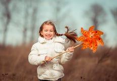 Mała dziewczynka trzyma wiatraczek w ręce Fotografia Stock