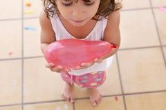 Mała dziewczynka trzyma wodnego ballon obrazy royalty free