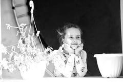 Mała dziewczynka uśmiech z kwiatami na słonecznym dniu Szczęśliwy dziecko i dzieciństwo Piękno dzieciak z rośliną puszkuje w leci obrazy royalty free