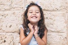 Mała dziewczynka uśmiecha się śmiesznego fotografia stock