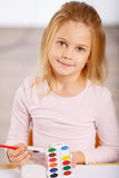 Mała dziewczynka używa akwareli farbę obraz royalty free
