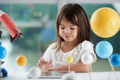 Mała dziewczynka używa cyfrową pastylkę obrazy stock