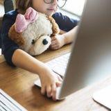 Mała Dziewczynka Używa Komputerowego pojęcie zdjęcie royalty free
