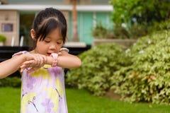 Mała Dziewczynka Używa Smartwatch, zegarek lub młodej dziewczyny z Mądrze/Smartwatch lub Mądrze zegarkiem Obrazy Royalty Free