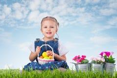 Mała dziewczynka ubierał jako Wielkanocnego królika lying on the beach na trawie z Zdjęcia Royalty Free