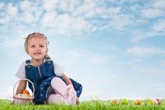 Mała dziewczynka ubierał jako Wielkanocnego królika lying on the beach na trawie z Zdjęcia Stock