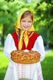 Mała dziewczynka ubiera w Rosyjskiej obywatel sukni w lecie p fotografia stock
