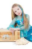 Mała dziewczynka ubierająca jako syrenka siedzi blisko klatka piersiowa zdjęcia stock