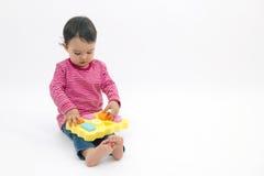 Mała dziewczynka uczenie kształty, wczesna edukacja zdjęcia stock