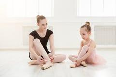Mała dziewczynka uczy się balet z nauczyciel kopii przestrzenią zdjęcie stock