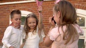 Mała dziewczynka usuwa brata i siostry na retro kamera zbiory