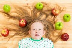 Mała dziewczynka wśród jabłek Fotografia Royalty Free