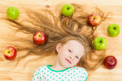 Mała dziewczynka wśród jabłek Zdjęcie Royalty Free