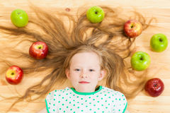 Mała dziewczynka wśród jabłek Obrazy Royalty Free