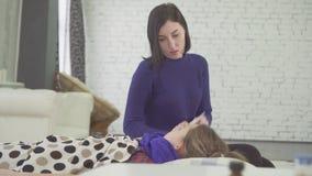 Mała dziewczynka w łóżku zimno w domu, silny kasłanie, sprawdza temperaturę jej matka zbiory