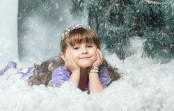 Mała dziewczynka w śniegu przeciw tłu świerczyna, Pracowniany photoshoot nowy year2018, nowego roku ` s dekoracje zdjęcie royalty free