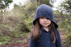 Mała dziewczynka w błękitnej kapturzastej kurtce obraz stock