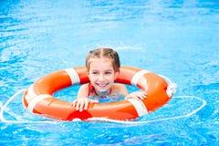 Mała dziewczynka w basenie Zdjęcia Stock