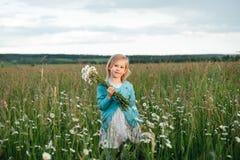 Mała dziewczynka w chamomile polu fotografia royalty free