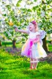 Mała dziewczynka w czarodziejskim kostiumowym karmieniu ptak Zdjęcia Stock