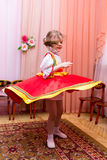 Mała dziewczynka w czerwonej Rosyjskiej obywatel sukni zdjęcia stock