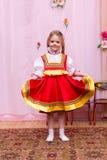 Mała dziewczynka w czerwonej Rosyjskiej obywatel sukni obraz stock