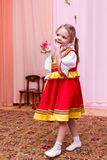 Mała dziewczynka w czerwonej Rosyjskiej obywatel sukni fotografia royalty free