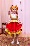 Mała dziewczynka w czerwonej Rosyjskiej obywatel sukni zdjęcie stock