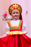 Mała dziewczynka w czerwonej Rosyjskiej obywatel sukni fotografia stock