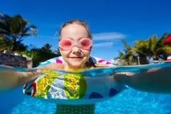 Mała dziewczynka w dopłynięcie basenie Obraz Royalty Free