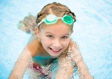 Mała dziewczynka w dopłynięcie basenie Zdjęcia Stock